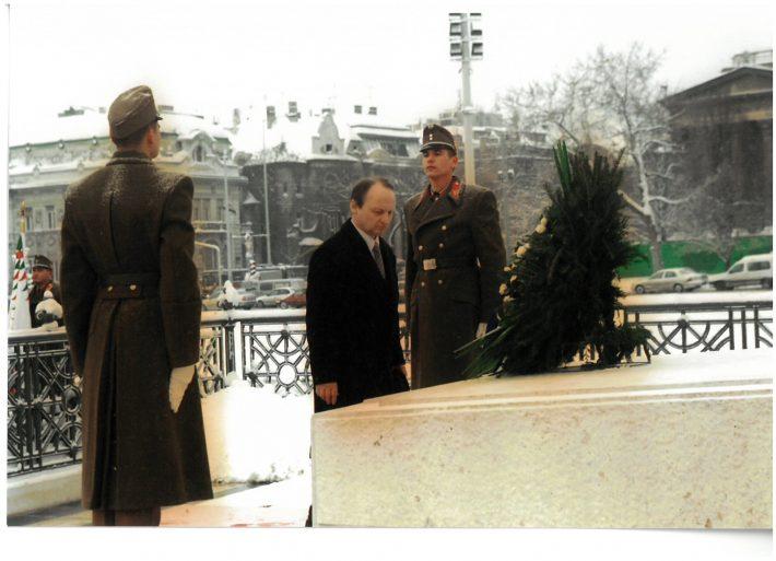 suursaadik Toivo Tasa asetamas pärga Budapesti Kangelaste väljakul. Foto: Välisministeerium