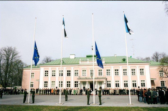 Euroopa Liidu lipu heiskamine Kadriorus. Foto: Vabariigi Presidendi Kantselei