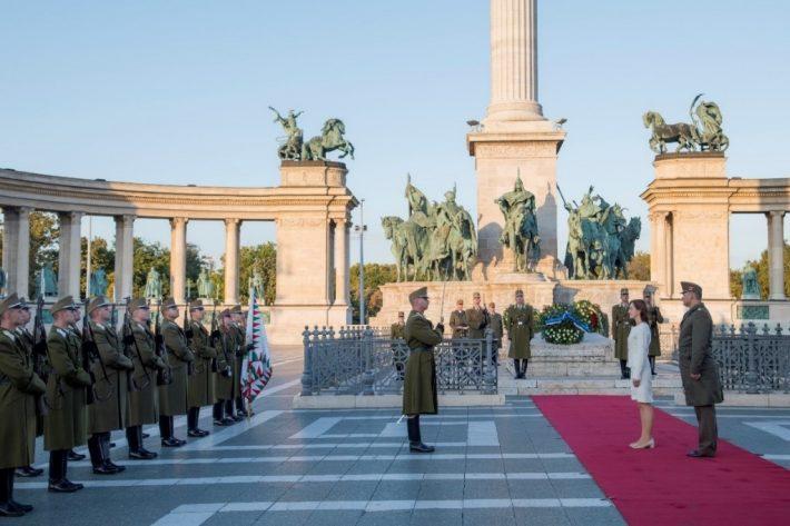 Suursaadik Kristi Karelsohni volikirjade üleandmise puhul korraldatud auvahtkond Budapesti Kangelaste väljakul. Foto: suursaadik Kristi Karelsohni erakogu