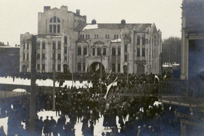 Az észt függetlenségi nyilatkozat nyilvános felolvasása Pärnuban, az Endla Színház erkélyén. Kép: a Pärnui Múzeum gyűjteménye
