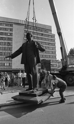 Removal of a statue of Lenin in Tallinn on 23 August 1991. Photo: Peeter Langovits